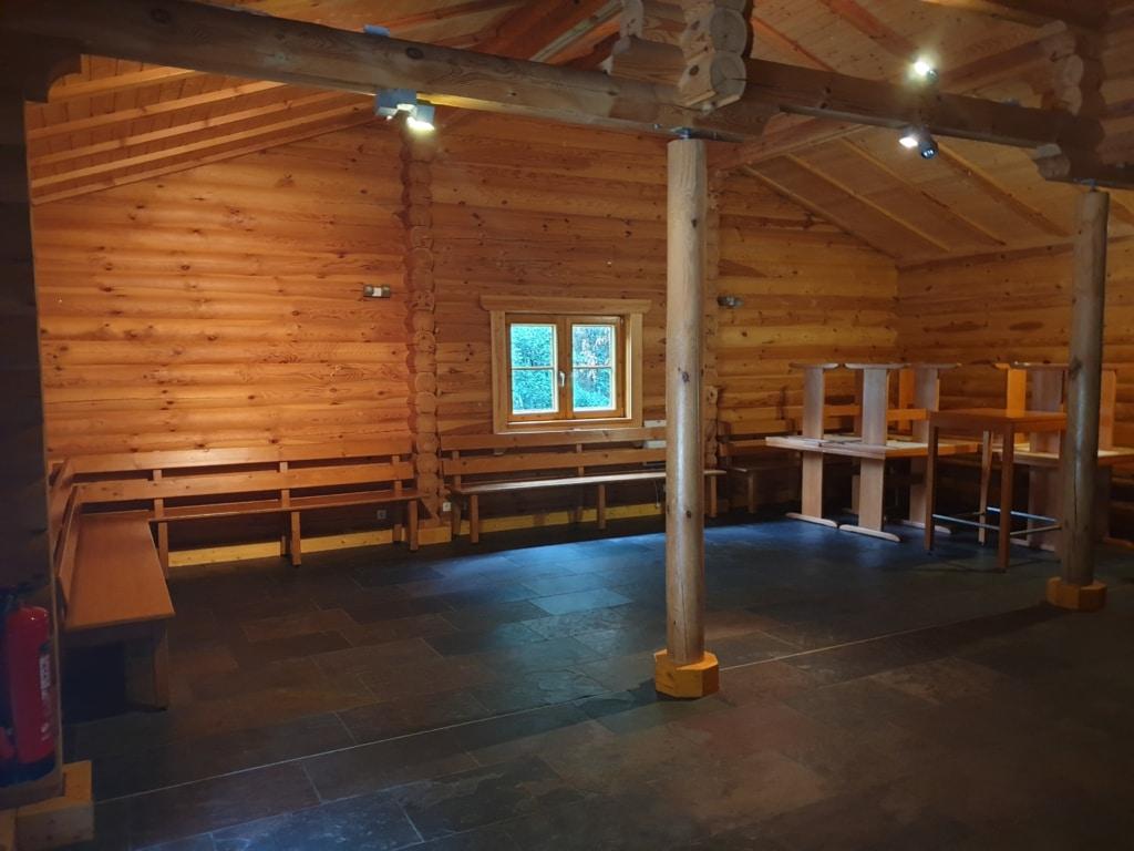 Innenraum der Grillhütte Argenthal